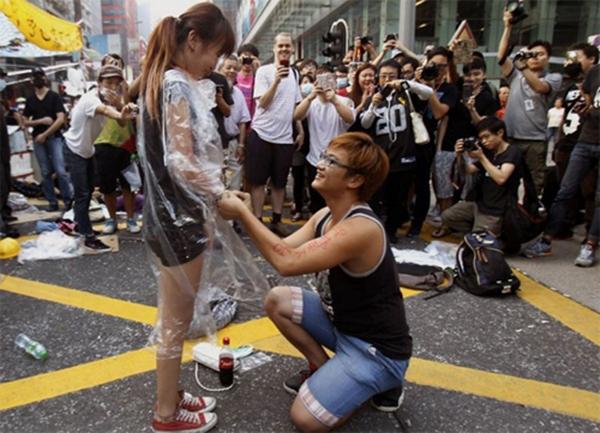 Yau Chi-hang quỳ xuống trước mặt bạn gái trước sự chứng kiến của hàng trăm người biểu tình ủng hộ dân chủ. Ảnh: Independent.