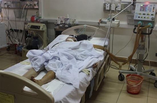 [Caption]Nạn nhân Ngà đang cấp cứu tại BV Đa khoa Hà Tĩnh