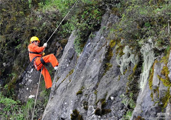 Khi mới bắt đầu làm việc tại đây 14 năm trước, Peng phải bám vào một sợi dây an toàn để những người ở trên kéo lên và xuống. Sau khi được trang bị một sợi dây thừng chuyên dụng để leo núi vào năm 2008, ông tự thực hiện công việc của mình mà không cần người trợ giúp.