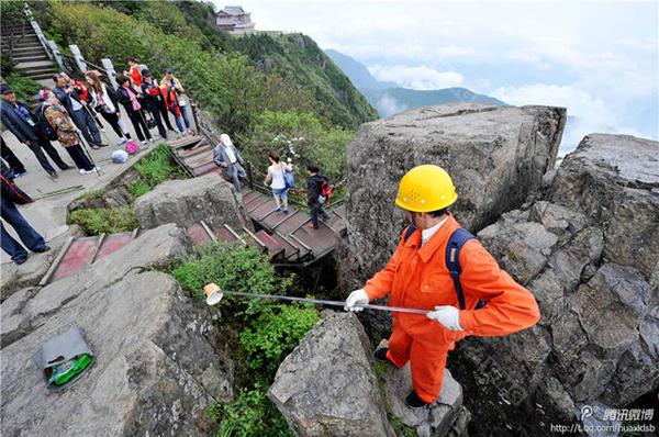 Người đàn ông này cho biết mỗi lần lên xuống núi, ông mất khoảng 3 giờ đồng hồ. Thậm chí ông còn phải đi bộ 200 m vào sâu trong vách núi để thực hiện công việc của mình. Mỗi năm ông Peng nhặt được 3 tấn rác thải ở khu vực này.