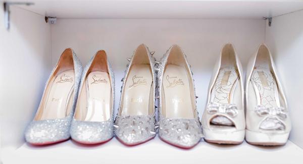 Những đôi giày hiệu Christian Louboutin sang trọng được đặt một cách ngay ngăn trên những kệ trắng thiết kế đẹp mắt không thu kém các show room thời trang.