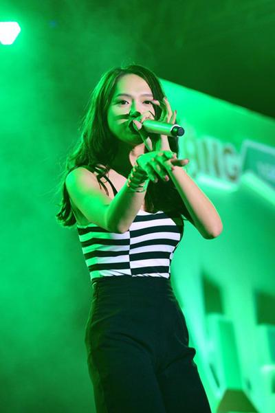 Hương Giang luôn biểu diễn hết mình, cống hiến các tiết mục sôi động cho khán giả.