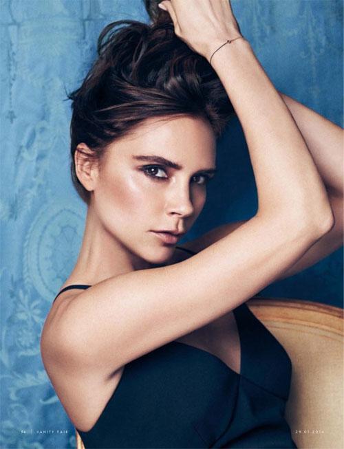 """Victoria Beckham đang có cuộc sống viên mãn ở tuổi 40. Bà xã Beckham chia sẻ trên tạp chí Vogue: """"Tôi nhìn tuổi 40 của mình và tự nhủ: Mình có 4 đứa con đáng yêu, một người chồng tuyệt vời, một công việc ngày càng ăn nên làm ra. Tôi đã làm việc chăm chỉ suốt những năm qua và đạt rất nhiều thành công. Không còn điều gì đáng mong chờ hơn thế nữa""""."""