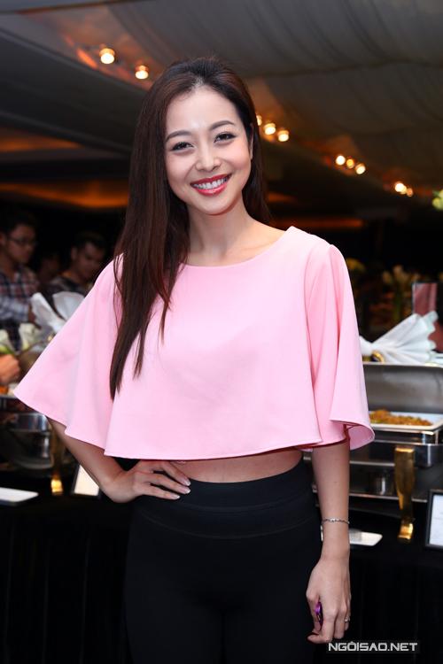 Tối 10/10, ngay sau buổi họp báo với ê kíp 'Cặp đôi hoàn hảo', Jennifer Phạm đến dự buổi tiệc do nghệ sĩ Vân Sơn tổ chức để giới thiệu về liveshow lần thứ 51.