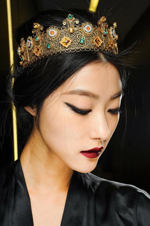 Nón, vương miện, hoa cài đầu dòng haute coututer được thực hiện thủ công với khối hình và màu sắc đẹp mắt đã tôn thêm giá trị thẩm mỹ cho nhiều bộ sưu tập thời trang xa xỉ.