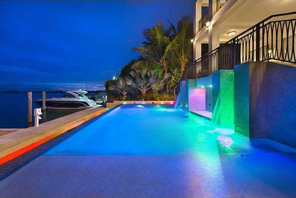 Bể bơi nhìn ra vịnh Biscayne và có hai đài phun nước.