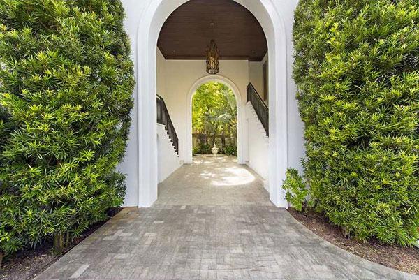 Lối vào ngôi nhà với hai hàng cây xanh mướt