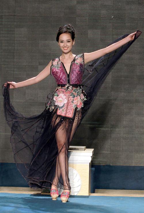 Mai Phương Thúy khoe chân thon nuột nà sau tùng váy rộng được cắt may trên chất liệu vải xuyên thấu.