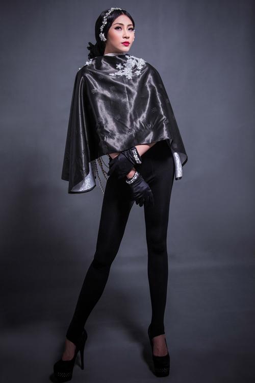 Đây là bộ sưu tập áo khoác dành cho mùa thu đông được cắt may trên chất liệu mặc nưa với gam màu đen chủ đạo và được tô điểm bằng những cánh hoa ren trắng.