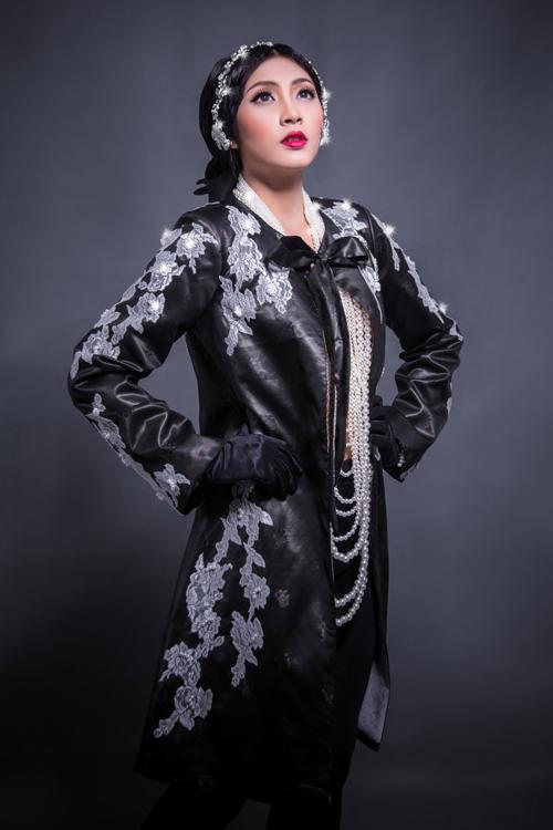 Phom dáng chủ yếu trong bộ sưu tập là những mẫu áo choàng dài, áo khoác dài và những điểm nhấn về hoa văn, họa tiết tô đậm nét á Đông.