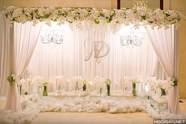 Sảnh tiệc cưới Sài Gòn lộng lẫy với màu trắng bạc
