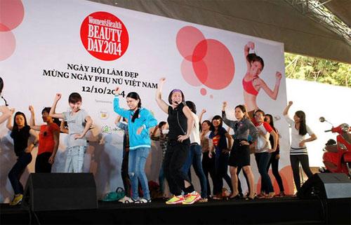 Huấn luyện viên từ trung tâm Lộc Uyển hướng dẫn các bạn bài nhảy sôi động