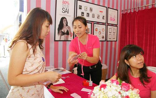 Khách mời cũng được tư vấn sản phẩm thời trang