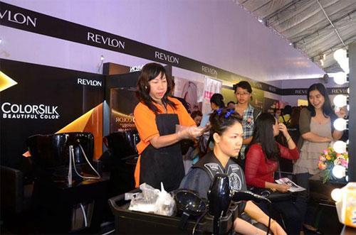 Khách tham dự chương trình sẽ được nhuộm tóc miễn phí bởi các chuyên gia hàng đầu về tóc