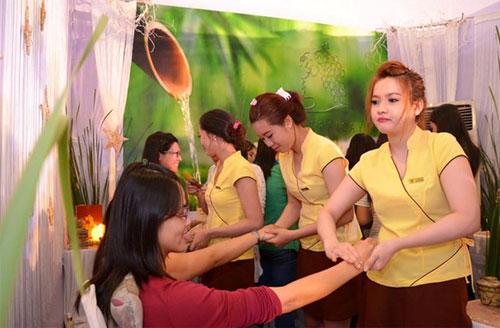 Chuyên viên từ Spa Trái Cây chăm sóc bàn tay cho khách tham dự.