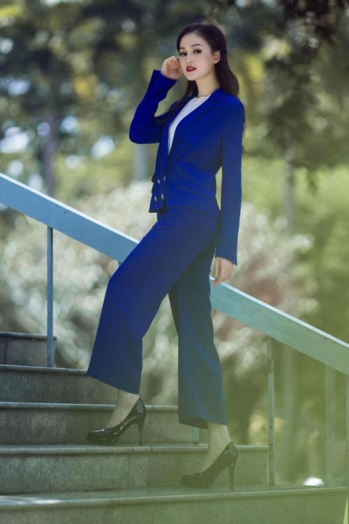 Thu đông là mùa lên ngôi của vest, balzer và nhiều loại áo khoác, vì thế đừng ngại ngần thể hiện tinh thần hợp mốt với bộ suit trên tông màu xanh cobalt bắt mắt.