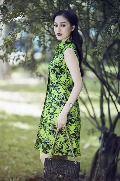 Kiểu dáng váy áo mang tính ứng dụng cao và mang lại nét thanh lịch, hiện đại cho người mặc là điểm nhấn của bộ sưu tập này.