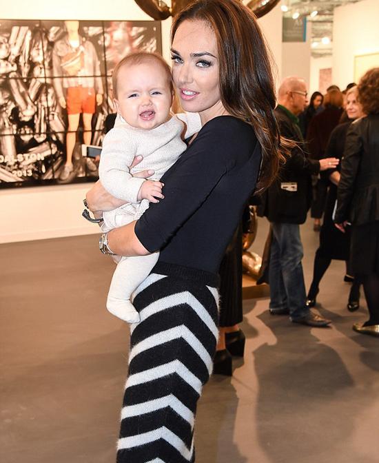 Hai mẹ con người đẹp vừa tới xem một triển lãm nghệ thuật tại công viên Regent, London
