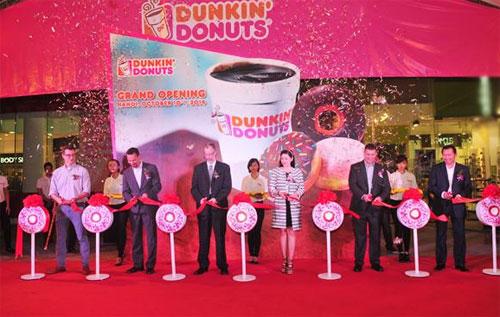 Bà Lê Hồng Thủy Tiên, Tổng Giám Đốc Tập đoàn Thái Bình Dương (IPP Group) kiêm Chủ tịch Công ty Thực phẩm và Giải Khát Việt Nam (VFB)  đối tác của Dunkin Donuts cùng đại diện Thương hiệu, Tùy viên Đại sứ Quán Mỹ và các đối tác cắt băng Khai trương của hàng