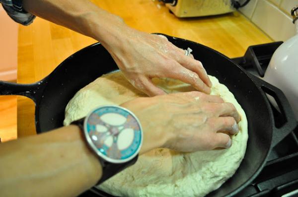 Để bột nghỉ 5 phút, dùng chày cán từng khối bột nhỏ thành hình tròn dày 2mm, còn đường kính bánh tùy theo kích cỡ chảo bạn có.