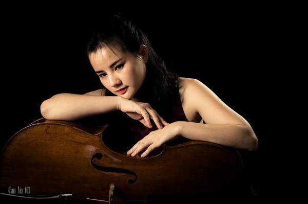 [Caption] Dù đã là mẹ của hai nhóc tỳ nhưng nghệ sĩ cello Bùi Hà Miên vẫn dành nhiều thời gian và tâm huyết cho cây đàn chị đã gắn bó từ nhỏ. Bắt đầu chơi đàn từ năm 8 tuổi, đến nay, chị đã có hơn 20 năm theo nghề.