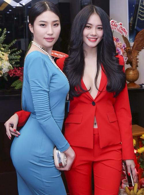 Linh Chi lộ nửa bầu ngực khi đi sự kiện
