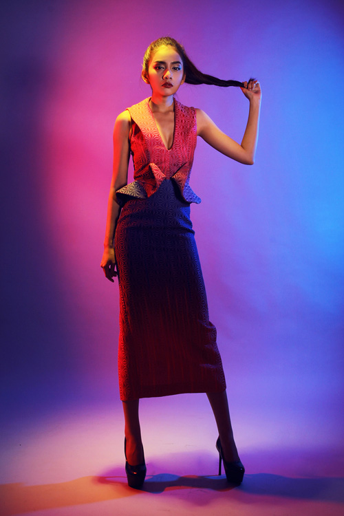 Kỹ thuật tạo khối được sử dụng một cách linh hoạt để tạo điểm nhấn cho trang phục và vẫn tôn được đường cong gợi cảm của người mặc.
