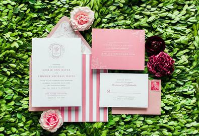 Bộ thiệp cưới cầu kỳ với nhiều chi tiết trẻ trung