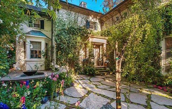 Nơi đây vốn là tổ ấm xinh đẹp của nữ ca sĩ Jessica Simpson. Khi Jessica sinh 2 nhóc tỳ, vợ chồng cô đã chuyển đến một biệt thự rộng rãi hơn.
