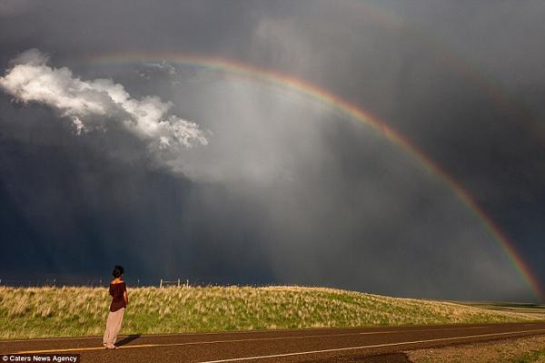 Cầu vồng đôi như làm giảm bớt sự đáng sợ của cơn bão.