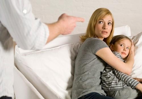 Sa cơ lỡ vận, chồng quay ra gây gổ với vợ con