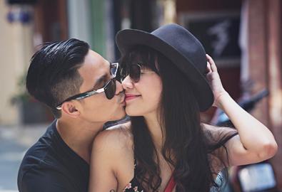 Vợ chồng Baggio chụp ảnh tình tứ trên phố Sài Gòn