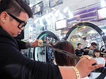 Cắt tóc điêu luyện bằng hai thanh kiếm Nhật