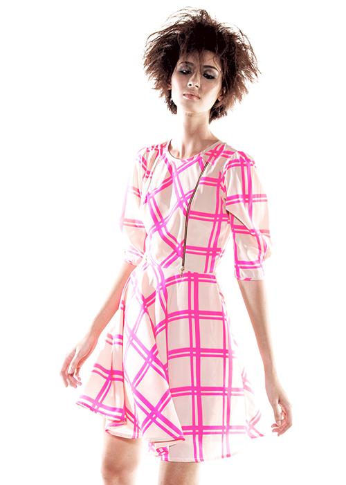 Sự phối hợp linh động những mảng sọc xéo trên thân áo mang đến điểm nhấn bắt mắt và thể hiện sự sáng tạo trong việc đưa họa tiết ca rô vào từng mẫu trang phục.