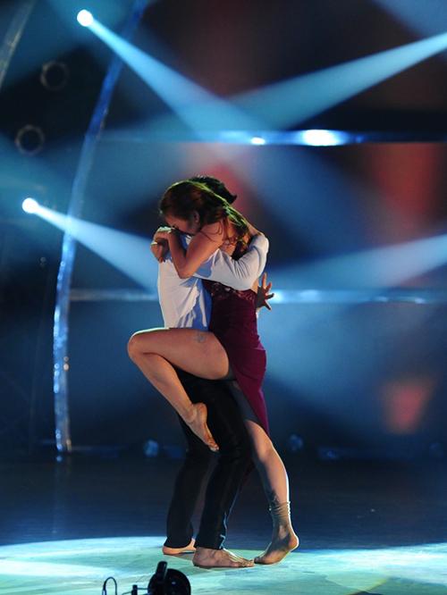 Ngôi sao 'Glee' bật khóc vì thí sinh 'Thử thách cùng bước nhảy'