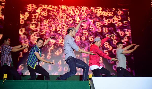 Không chỉ cùng vũ đoàn MTE cống hiến những màn biểu diễn điêu luyện, bắt mắt, quán quân Thử thách cùng bước nhảy còn giữ vai trò kết nối mạch cảm xúc chương trình cùng với MC Quang Minh và DJ Njay Nguyễn. Bằng cách dẫn truyện dí dỏm, tự nhiên và đáng yêu, chàng vũ công hàng đầu hiện nay đã gửi gấm đến các bạn sinh viên những trăn trở, bỡ ngỡ ngở cùng những hoài bão, ước cho hành trình sắp tới của các bạn tân sinh viên đầy thuyết phục.