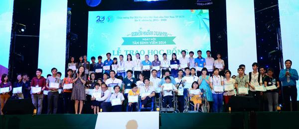 trong chương trình, OPPO Smartphon cũng đã trao tặng 100 phần học bổng cho các sinh viên có hoàn cảnh khó khán, trong đó có khá nhiều sinh viên khuyết tật, mang di chứng do ảnh hưởng chất độc da cam/dioxin&