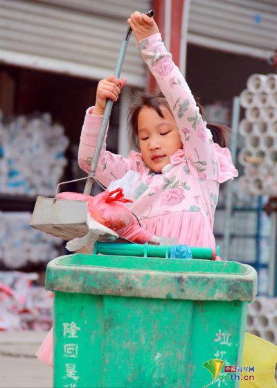 Hình ảnh bé Meiling với công việc dọn vệ sinh đường phố sau khi được đăng tải lên internet đã khiến nhiều thành viên mạng xúc động.