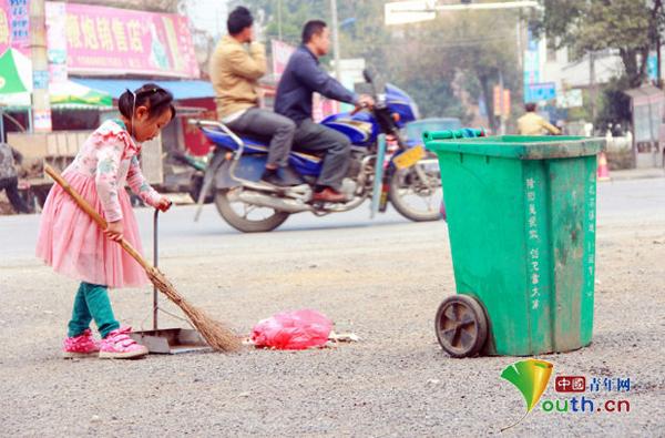 Xia Meiling là một cô bé 5 tuổi, hiện sống cùng bà ở thành phố Thiệu Dương, tỉnh Hồ Nam, sau khi bố mẹ em phải đi làm xa để kiếm sống.