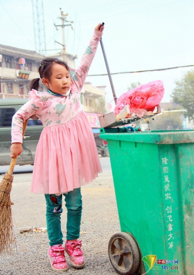Dù còn ít tuổi nhưng Meiling đã biết giúp đỡ bà. Cứ vào cuối tuần, những người qua đường đều bắt gặp hình ảnh cô bé cùng bà quét rác trên các con phố ở khu vực Liziyuan, huyện Long Hồi, thành phố Thiệu Dương.