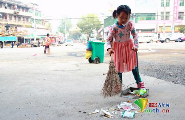 Bà của Meiling năm nay 64 tuổi, là công nhân dọn vệ sinh môi trường. Để kiếm tiền sinh sống, bố mẹ Meiling phải đến làm việc tại một nhà máy sản xuất quần áo ở thành phố Quảng Châu, tỉnh Quảng Đông.