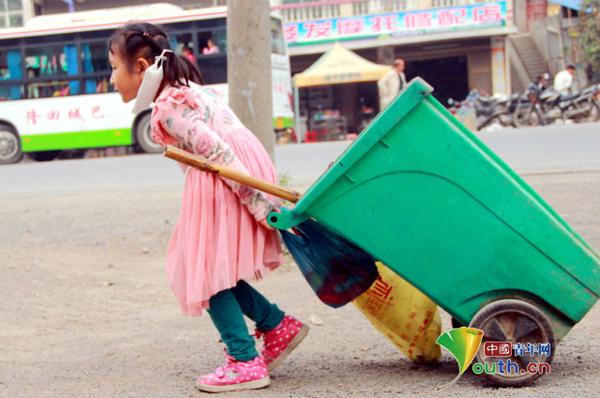 Cả hai bà cháu phối hợp với nhau rất ăn ý. Trong khi bà quét thì bé Meiling lại kéo xe chở rác lại cho bà.