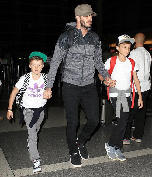 Becks hai tay dắt hai nhóc ra sân bay LAX