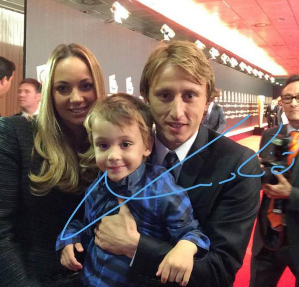 Modric đưa vợ và cậu con trai đầu lòng tới lễ trao giải.