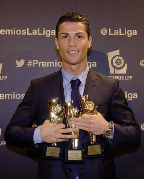 Siêu sao Bồ Đào Nha hai tay ôm ba giải thưởng