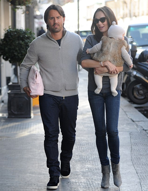 Vài ngày trước khi sang Ibiza làm việc, Tamara bế bé Sophia cùng chồng