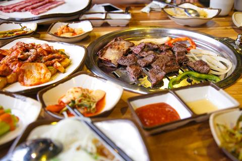 Đặc biệt, panchan  món ăn kèm thịt nướng luôn được phục vụ miễn phí và thường xuyên thay đổi theo ngày nhằm mang tới sự đa dạng cho thực khách.