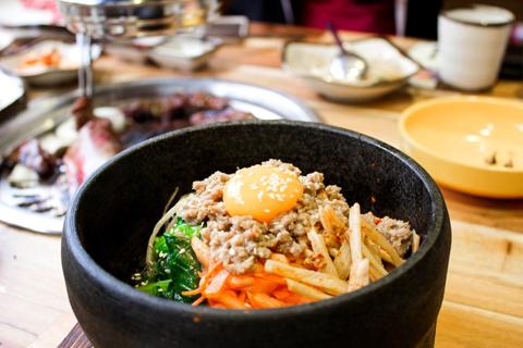 Món cơm trộn Hàn Quốc quen thuộc nhưng rất đặc trưng tại GoGi House nhờ loại nước sốt được chế biến đặc biệt.