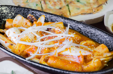 Tokpoki hải sản - món ăn đặc trưng của Hàn Quốc với bánh gạo dai dai và nước sốt cay cay lạ miệng.