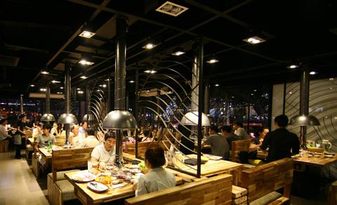 Không gian tại đây phù hợp cho những bữa ăn thân mật cùng gia đình và những buổi chuyện trò thoải mái cùng bạn bè.